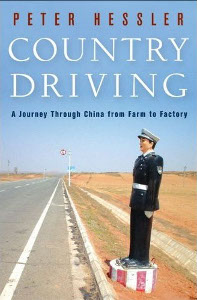 """<a href=""""http://www.zaichina.net/wp-content/uploads/2010/03/peter_hessler_country_driving2.jpg""""><img class=""""alignleft size-full wp-image-219"""" style=""""margin: 3px; border: 3px solid white;"""" title=""""peter_hessler_country_driving2"""" src=""""http://www.zaichina.net/wp-content/uploads/2010/03/peter_hessler_country_driving2.jpg"""" alt="""""""" width=""""115"""" height=""""176"""" /></a>De todos los periodistas y escritores extranjeros que han pasado por China en los últimos tiempos, <a href=""""http://en.wikipedia.org/wiki/Peter_Hessler"""">Peter Hessler</a> ha conseguido hacerse un nombre entre los mejores. Este estadounidense, colaborador de <em>National Geographic</em>, <em>The Atlantic Monthly</em> y <em>The New Yorker</em>, ha dado en los últimos diez años algunas de las claves para comprender a la China de hoy. Su último libro, <a href=""""http://www.amazon.com/Country-Driving-Journey-Through-Factory/dp/0061804096"""">Country Driving</a>, es un relato de primera mano de la situación que vive el país, desde las zonas campesinas más remotas del norte hasta las grandes fábricas del sur."""