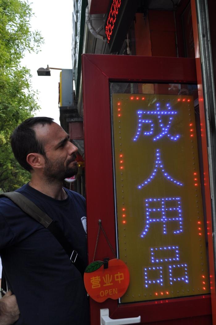 Sam Voutas frente a un sexshop de Pekín