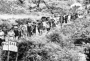 <p>A principios de diciembre, el Beijing Youth Daily publicó un extenso reportaje donde se contaba la historia de cientos de miles de chinos que se las arreglaron para escapar de la pobreza y persecuciones de la china continental y llegar a Hong-Kong. El reportaje se hacía eco de las investigaciones del periodista Chen Bing´an, quien acaba de publicar un libro sobre el tema. </p> <p>Este artículo es el último de una serie de reportajes que han aparecido en los medios chinos y que han revisado algunos de los más crueles episodios del Maoísmo, como la Revolución Cultural o los campos de concentración, todos ellos intentando recuperar la memoria histórica del país. </p>