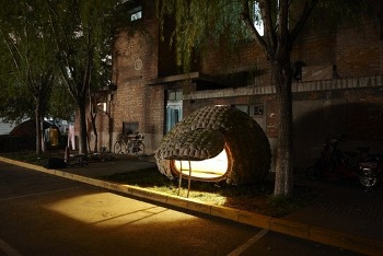"""<p>Un joven diseñador chino, Dai Haifei, se las había ingeniado para eludir los altos precios de los alquileres de Pekín construyéndose una """"casa huevo"""", ecológica y sostenible, en la que llevaba viviendo dos meses. Sin embargo, su innovación arquitéctonica parece haber llegado a su fin. Situada en un espacio público, funcionarios locales inspeccionaron su vivienda y le comunicaron que no contaba con los permisos adecuad"""