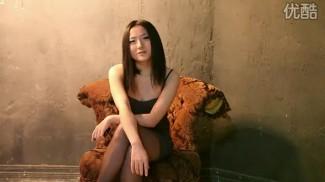 """<p>No corren buenos tiempos para los románticos chinos: las mujeres escasean, el materialismo está a la orden del día y los precios de la vivienda no dejan de subir. Eso es lo que sintió Sun Hui (孙辉), quien a finales de 2009 sacó una canción titulada """"No tengo coche, no tengo casa"""" (没有车没有房) y se convirtió en una estrella de Internet. La expresión hace referencia a las exigencias que algunas mujeres ponen a sus parejas: que tengan casa y que tengan coche, o lo que es lo mismo, que tengan la cartera llena de yuanes.</p>"""