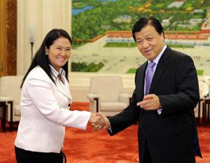 """<p>La próxima semana se decide entre Keiko Fujimori y Ollanta Humala quién será el próximo presidente del Perú. Las últimas encuestan dan leve ventaja a Keiko, descendiente de japoneses e hija del expresidente Alberto Fujimori, """"El Chino"""", quien cumple 25 años de cárcel por crímenes de lesa humanidad y corrupción. Y, como <a href=""""http://www.zaichina.net/2010/11/29/un-alto-dirigente-chino-se-reune-con-la-hija-de-fujimori/"""">ya señalamos</a> a fines del año pasado, China apuesta por Keiko. </p> <p>Desde el 2000 al 2008 el intercambio comercial entre ambos países creció un <a href=""""http://es.scribd.com/doc/36135713/5/LA-INVERSION-CHINA-EN-EL-PERU"""">1000%</a>, ubicando a China como el segundo socio comercial de Perú, apenas por detrás de EEUU. Según el embajador Zhao Wuyi, para fines de este año China ocupará el primer lugar. Xinhua, citando a la revista Minería Peruana, informa que China proyecta invertir 10.000 millones de dólares en extracción minera en los próximos años. Ocho empresas chinas tienen 295 concesiones mineras en Perú. </p>"""