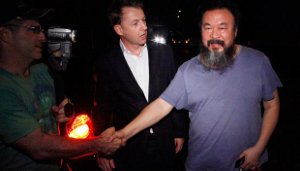 <p>Ayer por la noche, cuando todo el país se iba a la cama, las autoridades chinas pusieron en libertad bajo fianza al disidente Ai Weiwei, que llevaba entre rejas 80 días. La noticia ha pillado por sorprensa a expertos y periodistas, que pensaban no volver a ver en una buena temporada al más famoso artista chino. A pesar de la buena noticia, sus supuestos delitos económicos siguen su curso, es muy probable que Ai Weiwei no pueda salir al extranjero y hasta ahora ha rechazado conceder entrevistas. Incluso su anteriormente activísima cuenta en Twitter sigue sin actualizarse desde el 3 de abril.</p> <p>No te pierdas la forma en la que los internautas chinos han intentado burlar la censura y hablar de Ai Weiwei.</p>