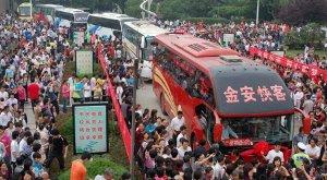 <p>Un año más, China se está volcando con el examen de acceso a la universidad (conocido como <em>gaokao</em>), que comienza hoy 7 de junio y está ocupando una gran parte del espacio mediático en prensa, televisión e Internet. El titular más destacado esta mañana en la mayoría de medios es que el número de estudiantes que está haciendo el examen se ha reducido por tercer año consecutivo. Durante el día de hoy, unos 9.330.000 estudiantes se han sentado en las aulas de todo el país para intentar llegar a las mejores universidades del país.</p>