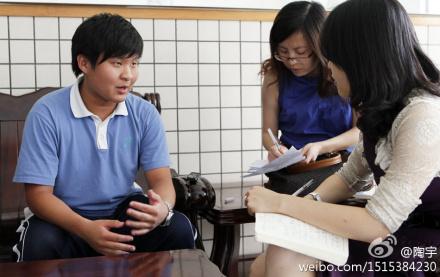 El jovencísimo Liu Ruoxi, que todavía está en el instituto, entrevistado por varios periodistas.