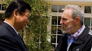 <p>Las visitas de altos líderes del Partido y funcionarios del Gobierno chino a países latinoamericanos se están convirtiendo en rutina. Esta vez ha sido el turno de Xi Jinping, probablemente el próximo Presidente de China, quien en menos de una semana pasó por Cuba, Uruguay y Chile. Si en Santiago habló sobre todo del cobre, en Montevideo lo hizo de soja, lácteos, pasta de madera, lana y mariscos. Especialmente significativa fue la visita de Xi Jinping a Cuba, dos países liderados por partidos comunistas, con fuertes lazos históricos y con un presente unido gracias al petróleo venezolano. </p>