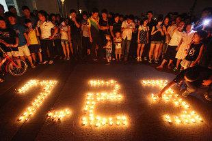 """<p>El accidente de tren del pasado sábado, que se ha cobrado la vida de 39 personas, sigue dando mucho de que hablar en China. Aunque ya hemos hablado de este tema en <a href=""""http://www.zaichina.net/2011/07/28/polemico-accidente-de-tren-en-china-ii"""