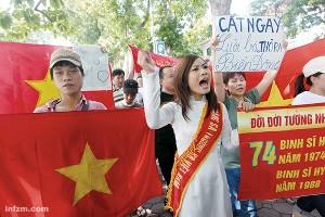"""<p>Desde el 26 de mayo, las casi siempre complicadas relaciones entre China y Vietnam han vivido un nuevo episodio de tensión. Desde entonces, y hasta hace tan sólo unos días, todas las semanas ha habido manifestaciones frente a la embajada de China en Hanoi. Allí, cientos de jóvenes se han reunido para protestar por las pretensiones de Pekín en el <a href=""""http://es.wikipedia.org/wiki/Mar_de_la_China_Meridional"""">Mar del Sur de China</a>, un conflicto en torno a la riqueza de las aguas alrededor de las <a href=""""http://es.wikipedia.org/wiki/Islas_Spratly"""">islas Spratley</a>, cuya soberanía se disputan Brunei, Filipinas, Malasia, Indonesia, China, Taiwán y Vietnam.</p> <p>La pasada semana, el prestigioso semanal Nanfang Zhoumo (南方周末, <em>Southern Weekend</em>) publicó varios reportajes abordando en profundidad el cada vez mayor recelo que los vietnamitas sienten por su vecino del norte. Este medio chino resumió esa sensación con un titular muy llamativo: """"Vietnam: tan lejos del paraíso, tan cerca de China""""."""