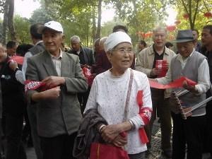 """<p>El movimiento """"Ocupa Wall Street"""" ha encontrado un extraño apoyo en la ciudad china de Zhengzhou, capital de la provincia de Henan. Allí, el día 6 de octubre, cientos de personas (sobre todo adultos y ancianos) se reunieron frente al Centro Cultural de los Trabajadores para apoyar con pancartas y eslóganes a los estadounidenses que se han manifestado en los últimos días por todo el país.</p>"""