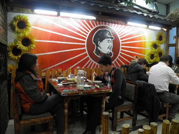 """Restaurante de Changchun """"inspirado"""" en la Revolución Cultural y que utiliza la imagen de Mao Zedong. (Año 2012)"""