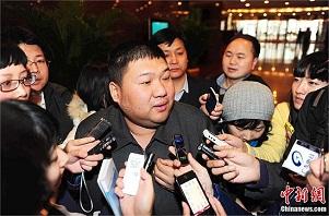 <p>Las reuniones de la Asamblea Popular y la Conferencia Consultativa en Pekín (las famosas <em>lianghui</em>) son un gran acontecimiento político, pero también una pasarela mediática en la que se presentan estrellas del espectáculo, deportistas, profesores universitarios, cineastas y escritores. Entre los que no suele faltar a su cita con los focos todos los años está Mao Xinyu, general del ejército y nieto de Mao Zedong. <strong>Por Daniel Méndez</strong>. </p>