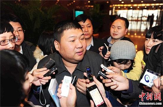El nieto de Mao, rodeado por la prensa china.