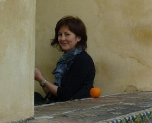"""<h5>""""Parte de las razones de que un libro se venda en otros países está relacionada con la posible carga de 'escándalo' que se le atribuya en China""""</h5> Si hay alguien que conoce los entresijos del mundo de la traducción y la literatura china esa es <a href=""""http://es.wikipedia.org/wiki/Anne-H%C3%A9l%C3%A8ne_Su%C3%A1rez"""">Anne Hélène Suárez Girard</a>. Esta reputada sinóloga, profesora de la Universidad Autónoma de Barcelona y premiada traductora de literatura es la responsable de que podamos disfrutar en español del <a href=""""http://es.wikipedia.org/wiki/Daodejing"""">Daodejing</a>, los poemas de <a href=""""http://es.wikipedia.org/wiki/Li_Bai"""">Li Bai</a> o la más reciente novela <a href=""""http://en.wikipedia.org/wiki/To_Live"""">¡Vivir!</a>, de Yu Hua. Hoy hablamos con ella sobre la situación de la literatura china en lengua española y analizamos las características de las obras que llegan a las estanterías de nuestras librerías. <strong>Por Irene T. Carrogio</strong>."""