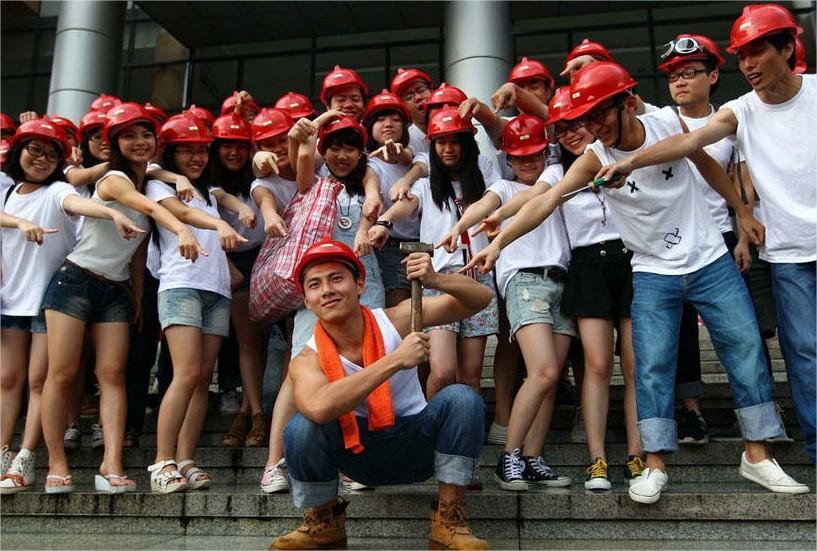 """En la Universidad de Guangdong. La ceremonia se hizo bajo el título de """"Los nuevos trabajadores socialistas""""."""