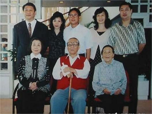 La familia Xi al completo. Las tres personas que están sentadas son Xi Zhongxun, su mujer y su hermana, Xi Dongying (习冬英). En l