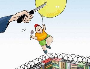 """China no es un país demasiado agradable para los niños, sobre todo en cuanto a los estudios se refiere. Es bien conocido que desde muy pequeños son obligados a memorizar cientos de caracteres, frases de Confucio y fórmulas matemáticas. El examen de acceso a la universidad, conocido como <em>gaokao</em> (高考), es frecuentemente definido como <a href=""""http://www.zaichina.net/2010/05/27/gaokao-el-examen-mas-importante-del-mundo/"""">el más importante del mundo</a> y suele traer consigo un gran estrés entre los adolescentes, que durante algunos años se olvidan del amor y los <em>hobbies</em> para centrarse únicamente en los libros. En este contexto bien conocido por la sociedad china, el pasado 11 de julio el <em>China Youth Daily</em> (中国青年报) informaba de que en una de las mejores escuelas de primaria de Shanghai los exámenes se estaban complicando cada vez más para los niños de <span style=""""text-decoration: underline;"""">seis años</span> que querían entrar. Según informaba este periódico, los pequeños tenían que responder a 200 preguntas en 20 minutos. Debido a la competencia por entrar en esta y otras escuelas (las mejores de la ciudad), las cuestiones se están volviendo más difíciles cada año. <strong>Por Daniel Méndez.</strong>"""