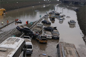 """Como sabéis, el pasado sábado se vivió en la capital de China la peor tormenta de los últimos 61 años (ayer <a href=""""http://www.zaichina.net/2012/07/23/la-peor-tormenta-en-61-anos-acaba-con-la-vida-de-al-menos-37-personas-en-pekin/"""">publicamos un buen número de fotos y vídeos</a>). Según las cifras oficiales, en Pekín y alrededores han fallecido 37 personas y hay otros 7 desaparecidos. Estas son algunas de las novedades de las últimas horas: - Como suele pasar en estos casos, muchos ciudadanos no se creen que tan sólo hayan muerto 37 personas. En Sina Weibo, un comentario publicado el lunes al mediodía afirmaba que en el distrito de Fangshan (房山区), el más afectado por las lluvias, habían fallecido 200 personas solo en una residencia de ancianos. Las autoridades oficiales han tenido que <a href=""""http://news.qq.com/a/20120724/000152.htm"""">salir a desmentir</a> esta información. Es una buena muestra (como pasó hace un año con <a href=""""http://www.zaichina.net/2011/07/25/polemico-accidente-de-tren-en-china/"""">el accidente de tren de Wenzhou</a>) de la<a href=""""http://www.zaichina.net/2011/02/24/la-falta-de-credibilidad-del-gobierno-chino/""""> falta de credibilidad de las instituciones oficiales en China</a>y de la facilidad con la que prenden los rumores en este país. <strong>Por Daniel Méndez.</strong>"""