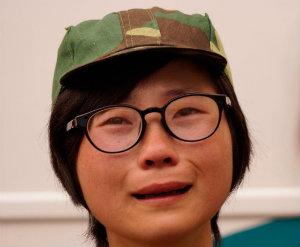 """Con el comienzo del curso escolar en septiembre, los nuevos universitarios chinos han realizado un año más el tradicional entrenamiento militar. Esta """"actividad"""", que en Occidente muchos miran como una más de las formas de propaganda del gobierno, es considerada por la mayoría de estudiantes como otro molesto trámite burocrático que hay que pasar. Una de las noticias de este año sobre el tema, que cumple con la emotividad que reclama a menudo el Departamento de Propaganda, dice así: en el<a href=""""http://www.sctbc.net/zsjy/"""">Sichuan Technology and Business Colleges</a>, después de siete días de ejercicios militares, las nuevas universitarias se han emocionado y han llorado a lágrima viva cuando se han tenido que despedir de sus instructores militares. Según el periodista y fotógrafo Yu Jin(余晋),""""entre los estudiantes y los instructores militares se creó una profunda camaradería"""". De ahí las lágrimas de las estudiantes al decirles adiós. <strong>Por Daniel Méndez.</strong>"""