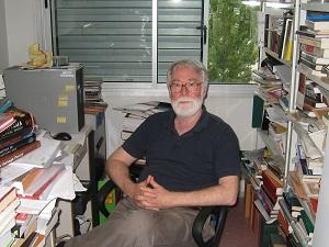 """<a href=""""http://www.fti.uab.es/interasia/spanish/cvmembers/sean_golden.html"""">Sean Golden</a>, director del<a href=""""http://grupsderecerca.uab.cat/ieii/es""""> Centro de Estudios e Investigación de Asia Oriental (CERAO)</a> de la Universidad Autónoma de Barcelona (UAB), profesor de Pensamiento Chino en la misma universidad y gran experto en política china, puede presumir de despacho. Con pilas de libros que casi rozan el techo, nunca antes el desorden había sido tan evidente. Hoy nos reunimos con él para abordar los temas políticos de más actualidad y para saber qué cabe esperar de los futuros líderes de China. Puede que su mesa esté desordenada, pero su discurso es claro y preciso.<strong>Por Irene T. Carroggio.</strong>"""