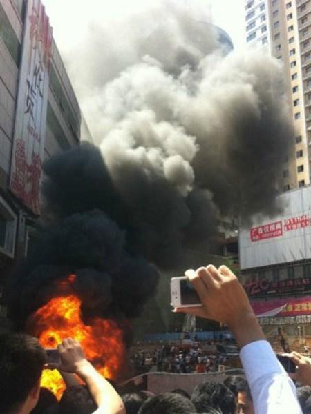 En Changsha, en la provincia de Hunan, los manifestantes asaltaron el centro comercial de Heiwado antes de prenderle fuego.