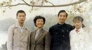 """La revelación de que el saliente primer ministro Wen Jiabao -considerado uno de los líderes más respetados del Partido Comunista y del gobierno chino- ha construido un emporio empresarial y financiero, con ramificaciones en el exterior, mientras con su eterna sonrisa recorría China defendiendo una mayor equidad social y mayores reformas económicas y políticas constituye un contundente golpe a la credibilidad del Partido. Le dicen """"abuelito Wen"""" y contrasta con la imagen robótica y absolutamente de"""