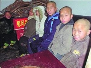 <h5>La muerte de cinco niños en una zona rural de la provincia de Guizhou muestra algunos de los dramas sociales provocados por las desigualdades entre las distintas regiones chinas y la política del sistema de registro (hukou)</h5> El pasado viernes, en la localidad china de Bijie (毕节), en la provincia de Guizhou, se hallaron en un contenedor de basura los cuerpos sin vida de cinco niños pertenecientes a la misma familia que habían desaparecido días antes de sus casas. Ante el intenso frío invernal, al caer la noche los cinco niños de entre 9 y 13 años buscaron refugio en uno de los contenedores y, dentro del mismo, encendieron trozos de carbón vegetal para entrar en calor. Sin embargo, el monóxido de carbono emitido al prender el material causó la muerte de los pequeños tras inhalar el humo y producirse una intoxicación inmediata. <strong>Por Sergio Rodríguez Romero.</strong>